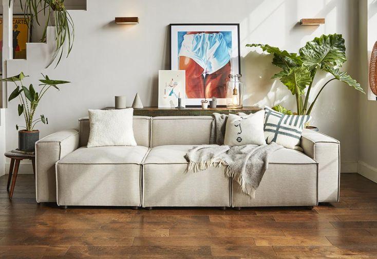 Canapé 3 places en tissu simili lin beige Swyft Home dans salon