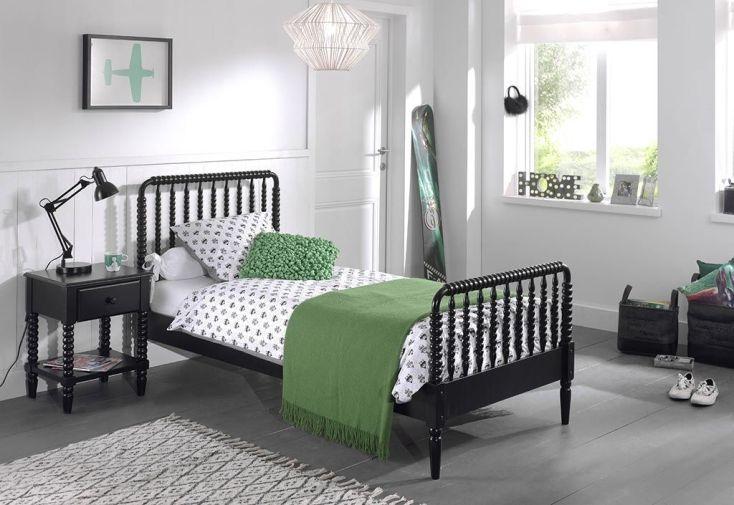 chambre complète pour enfant avec lit et table de nuit en bois