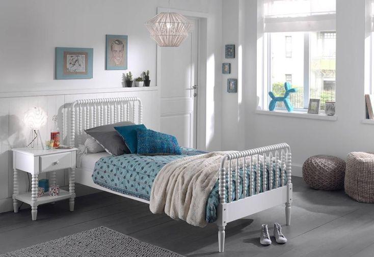 Chambre pour enfant avec un lit 90 x 200 cm et une table de chevet