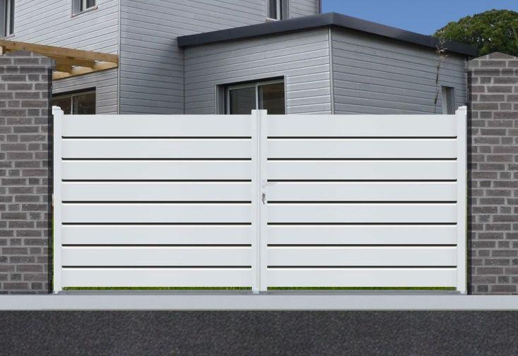 portail battant en aluminium blanc avec lames persiennes pour le vent