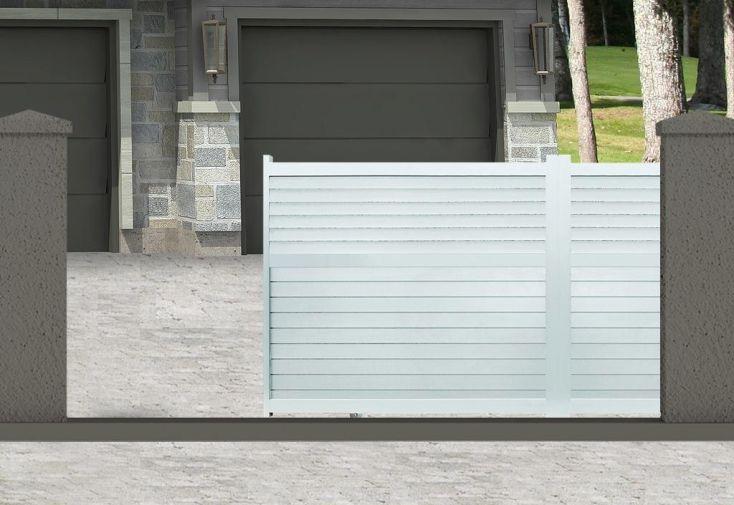 portail en aluminium peint en blanc avec ouverture coulissante motorisée