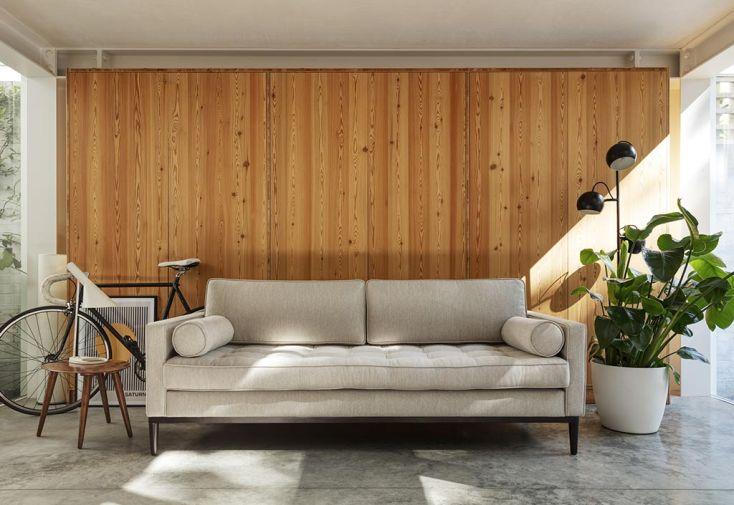 Canapé 3 places en simili lin gris et bois Swyft Home dans salon