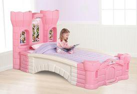 lit d'enfant chambre de princesse avec tour de château rose