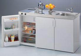 cuisiné équipée d'un frigo, évier et plaques de cuisson vitrocéramique