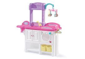 Nurserie pour poupées avec chaise haute, baignoire et table à langer